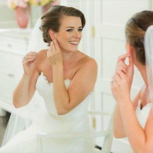 bride-getting-ready-vintage-style-natural-makeeup-toronto-wedding